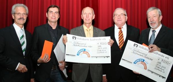 Die Vorstände der Volksbank Südheide Frank Bonin und Horst Albert Lieb mit den glücklichen Empfängern der Spenden und den Vertretern der VR-Gewinnspargemeinschaft