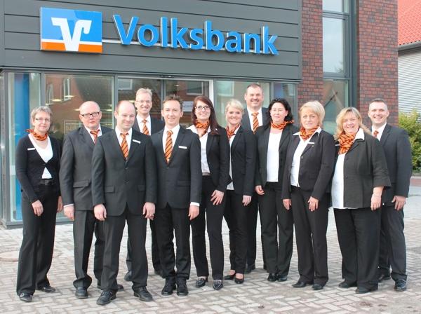 Das Winsener Team vor der nagelneuen Geschäftsstelle